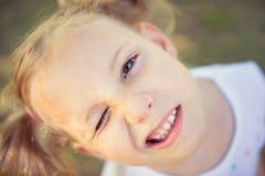 Fronte emozionante della ragazza graziosa nel parco di estate immagine stock