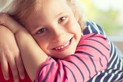Fronte emozionante di ragazza abbastanza piccola al giorno soleggiato fotografie stock libere da diritti