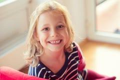 Fronte emozionante di ragazza abbastanza piccola al giorno soleggiato fotografia stock
