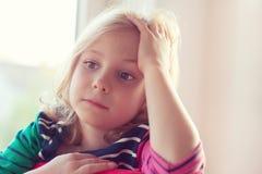 Fronte emozionante di ragazza abbastanza piccola al giorno soleggiato immagini stock libere da diritti
