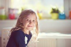 Fronte emozionante di ragazza abbastanza piccola al giorno soleggiato fotografia stock libera da diritti