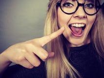 Fronte felice della donna del primo piano con gli occhiali Immagine Stock