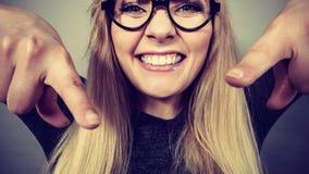 Fronte felice della donna del primo piano con gli occhiali Fotografia Stock