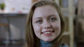 Fronte femminile abbastanza giovane stock footage