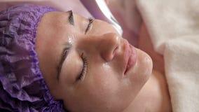 Fronte femminile, maschera del collagene Macchina per il rafforzamento della pelle Medicina estetica Scoloramento della pelle del video d archivio