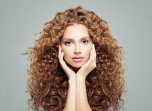 Fronte femminile perfetto Ragazza attraente con capelli ricci lunghi Haircare e concetto di cosmetologia immagine stock