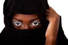 Fronte femminile in sciarpa nera Fotografia Stock
