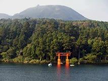 Fronte lago Torii del santuario di Hakone Fotografia Stock Libera da Diritti