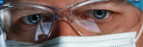 Fronte maschio bello del medico che indossa maschera protettiva immagini stock libere da diritti