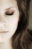 Fronte a metà giovane dei womans con gli occhi chiusi Fotografie Stock