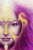Fronte mistico della donna con il tatuaggio ornamentale dell'oro e due uccelli di Phoenix, fondo porpora Contatto oculare illustrazione di stock