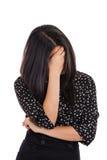 Fronte nascondentesi della donna di affari nella vergogna isolato su bianco Immagine Stock