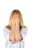 Fronte nascondentesi della ragazza dietro le sue mani Immagine Stock Libera da Diritti