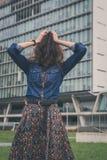 Fronte nascondentesi della ragazza graziosa con i suoi capelli Immagini Stock Libere da Diritti