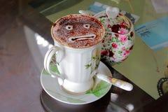 Fronte privo di emozioni in tazza di caffè di lusso fotografie stock libere da diritti