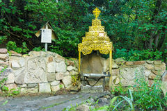 Fronte santo sulla parete rocciosa dell'altare e in primavera del suo taran di prima generazione - fonte del fiume Immagine Stock