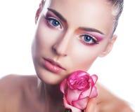 Fronte sensuale della ragazza di bellezza con il fiore fotografia stock libera da diritti