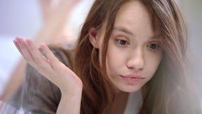 Fronte sorpreso della donna Notizie impressionanti leggenti della donna allegra Sorpresa allegra della ragazza video d archivio