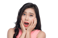 Fronte sorpreso di giovane donna asiatica sopra bianco Fotografia Stock