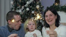 Fronte sorpreso ed allegro del ` s della ragazza vicino ai suoi genitori video d archivio