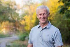 Fronte sorridente dell'uomo anziano grigio-dai capelli Immagini Stock