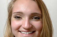 Fronte sorridente della donna del primo piano Fotografie Stock Libere da Diritti