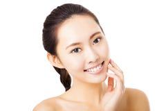 fronte sorridente della giovane donna isolato su bianco Fotografia Stock