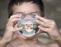 Fronte sorridente in sfera di cristallo immagine stock libera da diritti