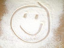 Fronte sorridente su farina spruzzata Immagine Stock Libera da Diritti