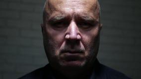 Fronte triste dell'uomo che sembra disperato e turbato alla macchina fotografica video d archivio