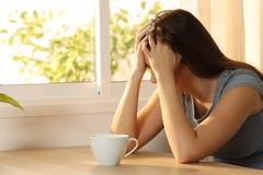 Fronte triste della copertura della donna a casa Fotografia Stock Libera da Diritti