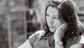 Fronte triste di bella ragazza, ritratto in bianco e nero Fotografia Stock
