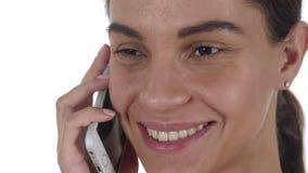 Fronte vicino su della donna latina che parla sul telefono cellulare stock footage