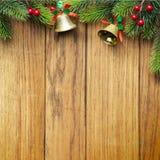 Frontera adornada del árbol de navidad en el revestimiento de madera de madera Foto de archivo libre de regalías