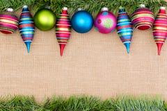 Frontera brillantemente coloreada de los ornamentos de la Navidad Fotos de archivo libres de regalías