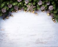 Frontera de Art Christmas con las ramas del abeto y los conos del pino Imagenes de archivo