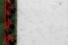 Frontera de la arpillera, de la cinta y del anís en el mármol - horizontal Imagen de archivo libre de regalías