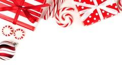 Frontera de la esquina de la Navidad de regalos y de caramelos rojos y blancos Foto de archivo