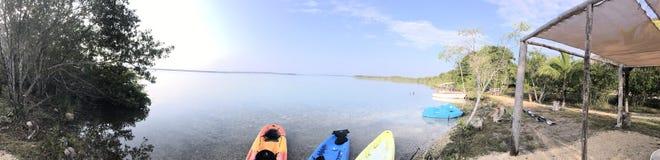 Frontera de la laguna, kajaks listos foto de archivo libre de regalías