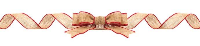 Frontera de la Navidad con la cinta de la arpillera con la franja roja aislada foto de archivo