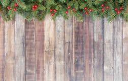 Frontera de la Navidad con el abeto del árbol de navidad y las bayas rojas Imagenes de archivo