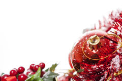 Frontera de la Navidad con la chuchería roja Fotos de archivo libres de regalías