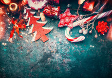 Frontera de la Navidad con la decoración, el árbol de navidad y el caramelo rojos en fondo azul marino del vintage Imágenes de archivo libres de regalías