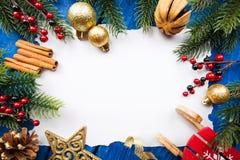 Frontera de la Navidad con las bolas, las estrellas y la decoración en fondo de madera azul Tiro del estudio Imágenes de archivo libres de regalías