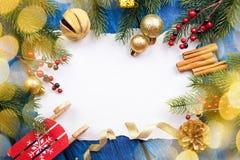 Frontera de la Navidad con las bolas, las estrellas y la decoración en fondo de madera azul Tiro del estudio Foto de archivo