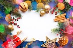 Frontera de la Navidad con las bolas, las estrellas y la decoración en fondo de madera azul Tiro del estudio Fotos de archivo libres de regalías