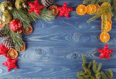 Frontera de la Navidad con las decoraciones en fondo rústico de madera H Imagen de archivo