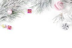 Frontera de la Navidad con las ramas del abeto, presentes, ornamentos de la Navidad en el fondo blanco Fotografía de archivo libre de regalías
