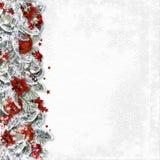 Frontera de la Navidad con las ramas, las bolas y la poinsetia en un blanco Foto de archivo libre de regalías