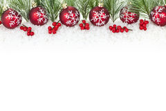 Frontera de la Navidad con los ornamentos rojos Fotos de archivo libres de regalías